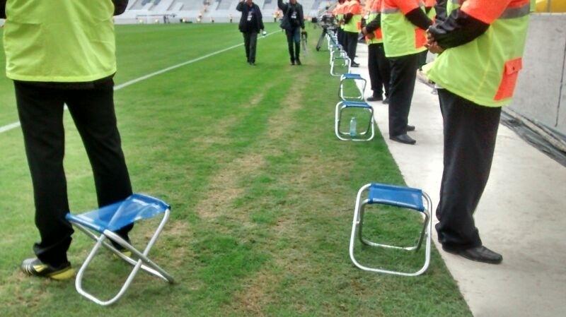 Banquinhos para os seguranças na Arena da Baixada