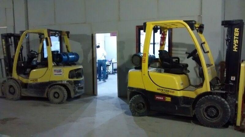 Empilhadeiras seguem acertando últimos ajustes em dia de teste da Arena da Baixada