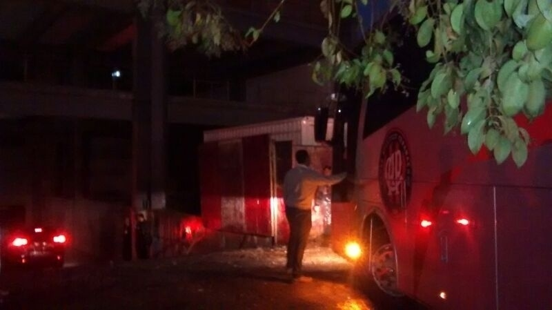 Ônibus do Atlético-PR chega para o teste na Arena da Baixada contra o Corinthians