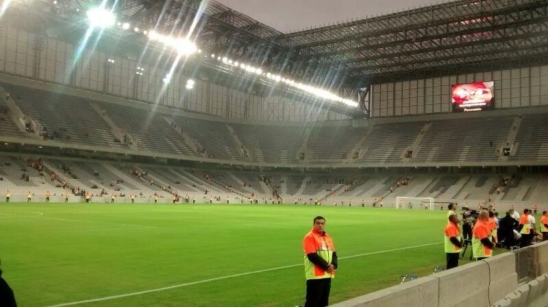 Seguranças se preparam para o teste da Arena da Baixada no jogo entre Atlético-PR e Corinthians