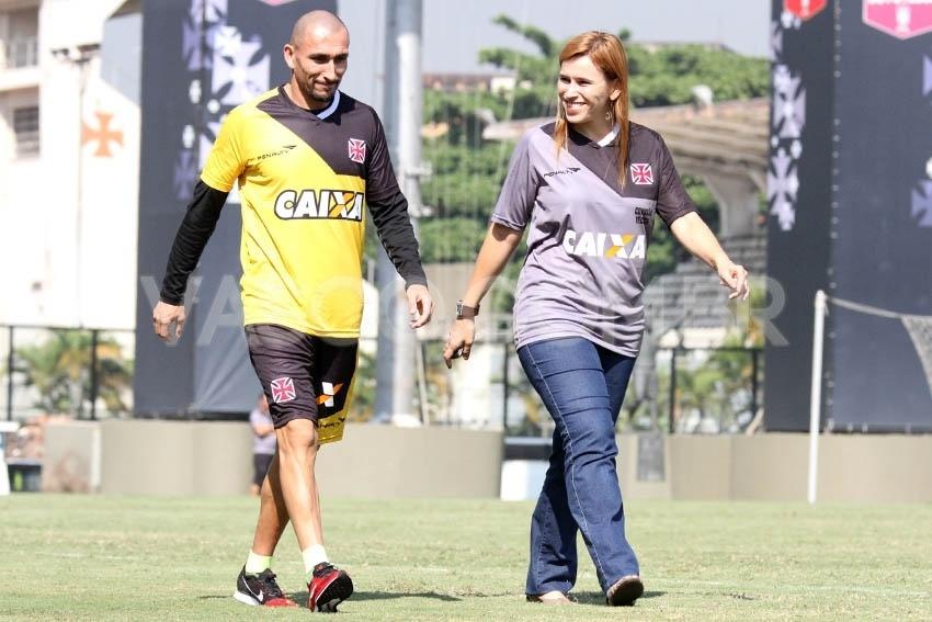 15 mai. 2014 - Em recuperação de fratura no pé direito, volante Guiñazu dá voltas no gramado de São Januário