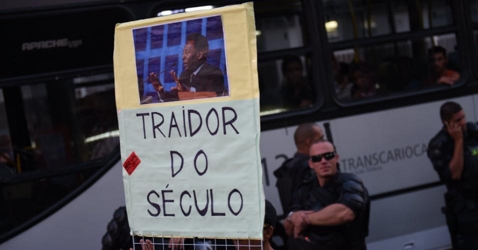 """15.05.14 - Manifestante chama Pelé de """"traidor do século"""" em cartaz durante protesto contra a Copa no Rio de Janeiro"""
