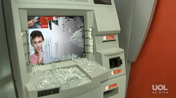 15.mai.2014 - Caixa eletrônico de agência bancária na Rua da Consolação fica depredado após ação de vândalos durante protesto anticopa em São Paulo