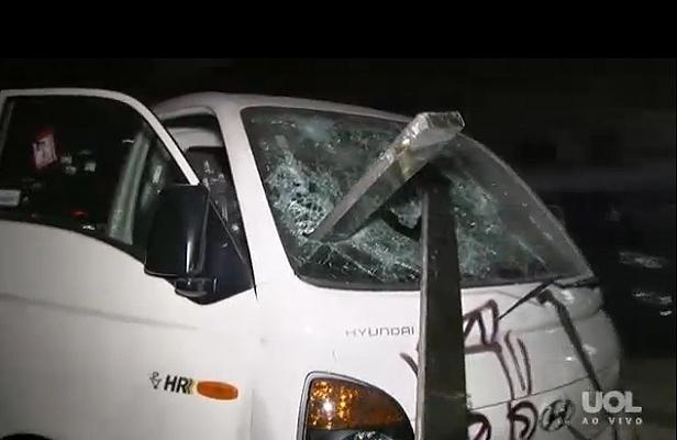 15.mai.2014 - Carro é depredado dentro de concessionária durante protesto anticopa na rua da Consolação em São Paulo