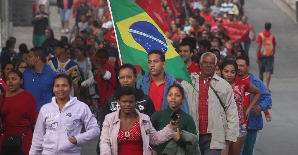 15.mai.2014 - Concentração da manifestação do Movimento dos Trabalhadores Sem Teto (MTST) na ocupação Copa do Povo, na região de Itaquera