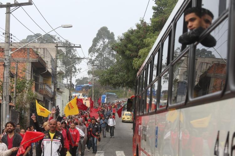 15.mai.2014 - Concentração da manifestação do Movimento dos Trabalhadores Sem Teto (MTST) na ocupação Copa do Povo, na região de Itaquera.