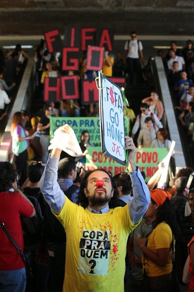 15.mai.2014 - Em Brasília, manifestante pede que a Fifa vá embora do país