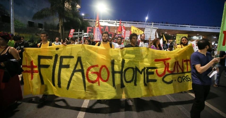 15.mai.2014 - Em Brasília, manifestantes pedem que Fifa vá embora