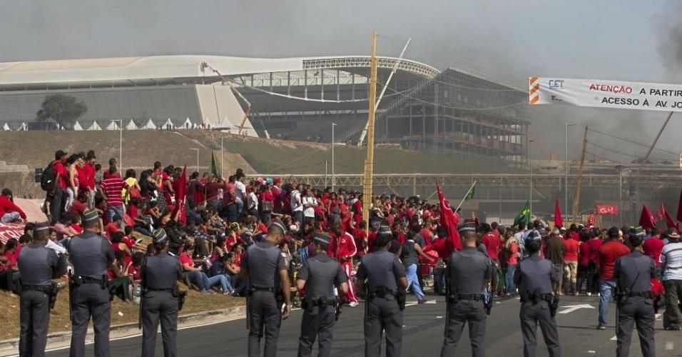 15.mai.2014 - Itaquerão ao fundo, manifestantes e polícia; sem-teto protestam contra a Copa do Mundo e pedem moradia