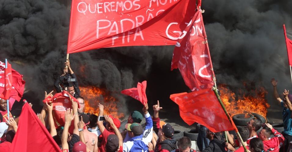 15.mai.2014 - Manifestantes colocaram fogo em pneus e estouraram bombas na região de Itaquera, onde fica o estádio da abertura da Copa do Mundo