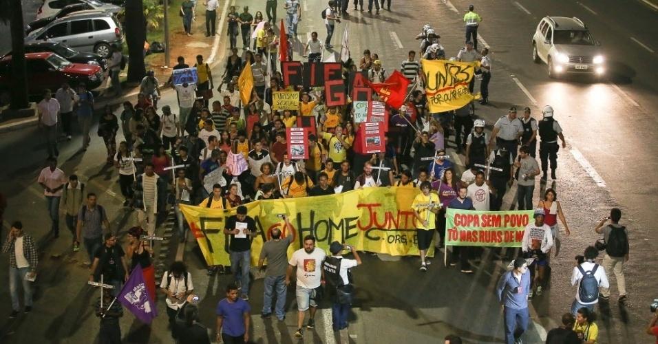 15.mai.2014 - Manifestantes contra a Copa em Brasília tomam três faixas da rua