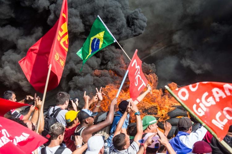 15.mai.2014 - Manifestantes do MTST gritam palavras de ordem durante protesto próximo ao Itaquerão
