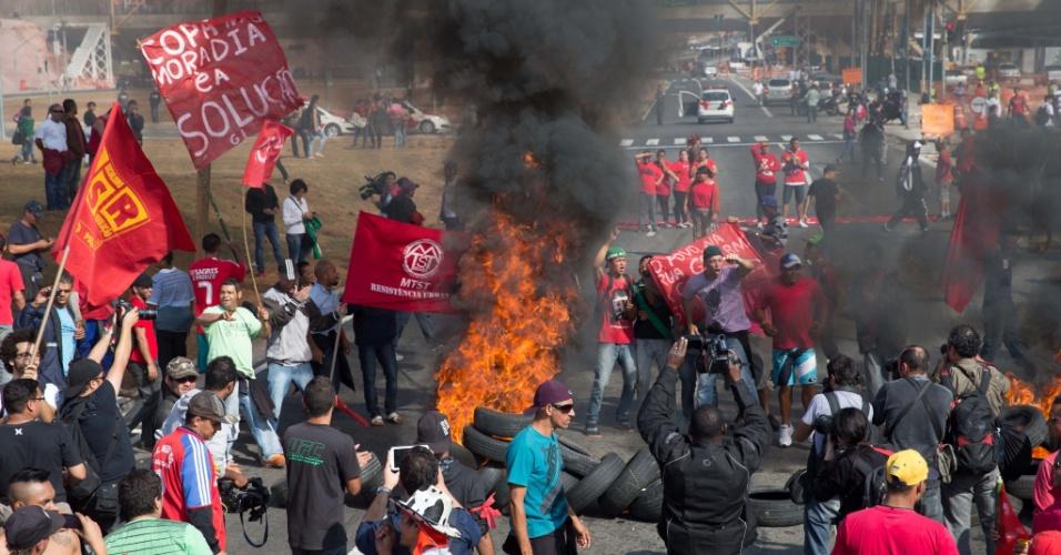 15.mai.2014 - Manifestantes do MTST protestam perto do Itaquerão, na zona leste de São Paulo