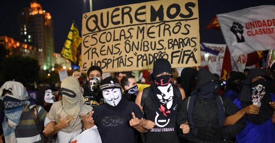 15.mai.2014 - Manifestantes fazem protesto no Rio de Janeiro contra a realização da Copa do Mundo