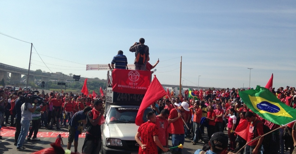 15.mai.2014 - Manifestantes protestam contra a Copa do Mundo em frente ao Itaquerão, no movimento Copa do Povo, que faz exigências por moradia e reclama dos gastos públicos no Mundial