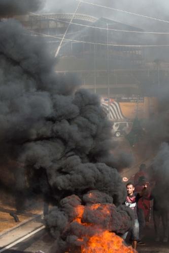 15.mai.2014 - Manifestantes queimam pneus próximo ao Itaquerão, reivindicando moradia e reclamando dos gastos públicos da Copa do Mundo