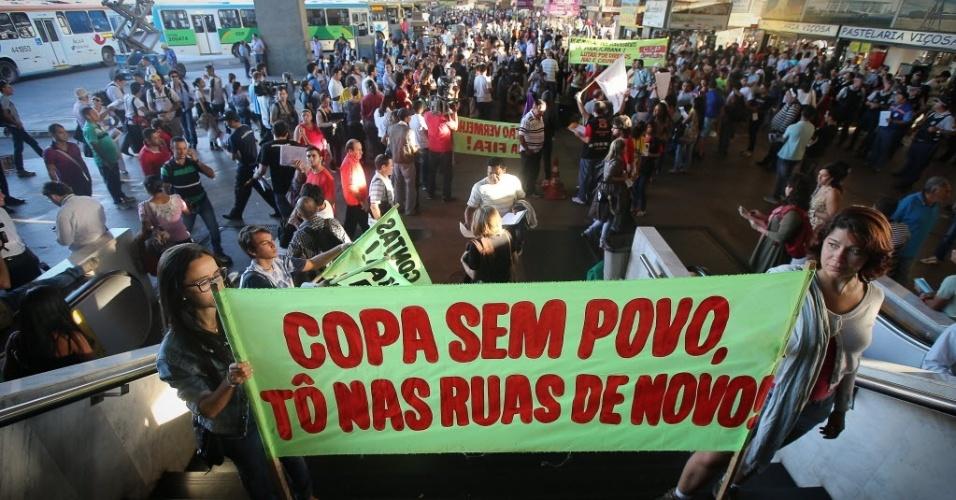 15.mai.2014 - Manifestantes se reúnem em área central de Brasília para protesto