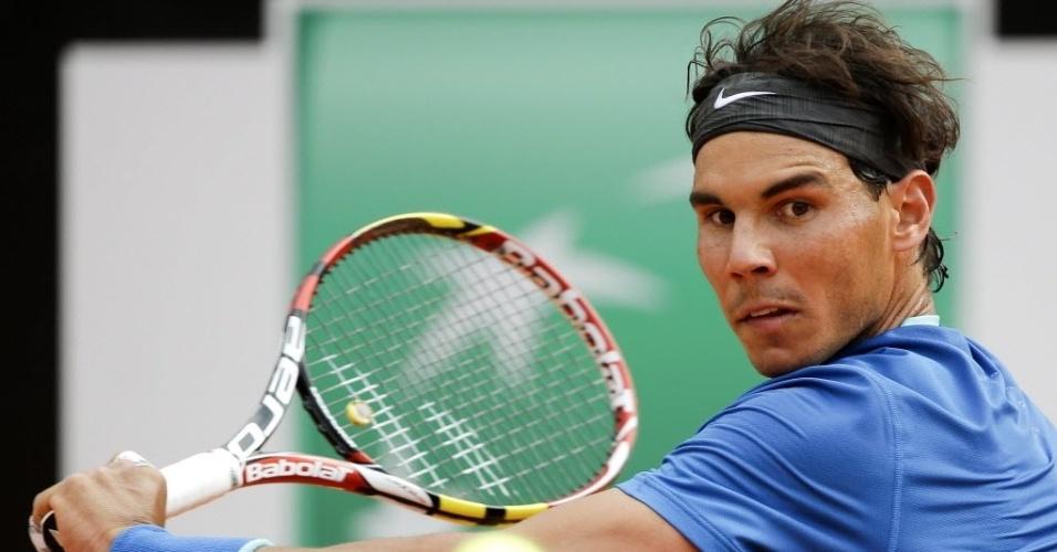 15.mai.2014 - Nadal se prepara para rebater bola de Mikhail Youznhy pelas oitavas de final do Masters 1000 de Roma