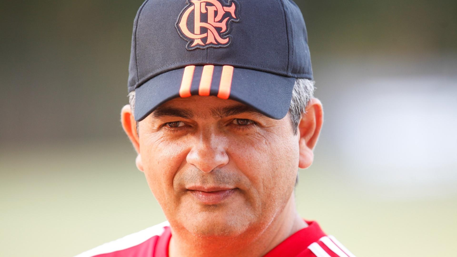 15.mai.2014 - Ney Franco observa o treinamento do Flamengo no CT Ninho do Urubu