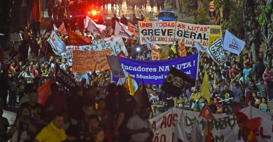 15.mai.2014 - No Rio de Janeiro, polícia fecha passagem de manifestantes