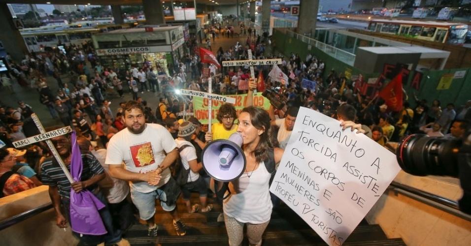 15.mai.2014 - No rodoviária de Brasília, manifestante levanta cartaz contra a exploração sexual