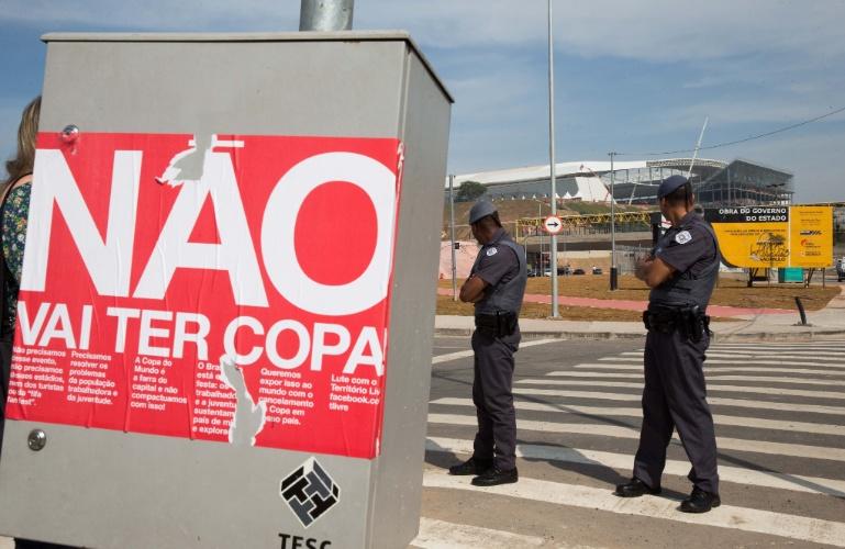15.mai.2014 - Policiais vigiam arredores do Itaquerão, arena onde será realizada a abertura da Copa do Mundo 2014