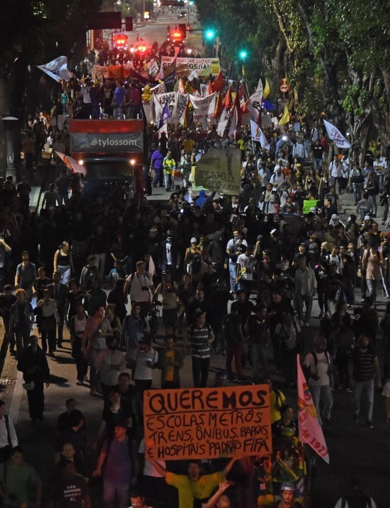 """15.mai.2014 - Protesto no Rio: """"Queremos escolas, metrôs, trens, ônibus, barcas e hospitais padrão Fifa"""""""