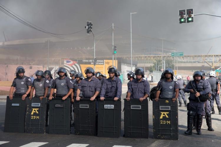 15.mai.2014 - Tropa de Choque acompanha protesto do MTST próximo ao estádio do Corinthians, em Itaquera zona leste de São Paulo