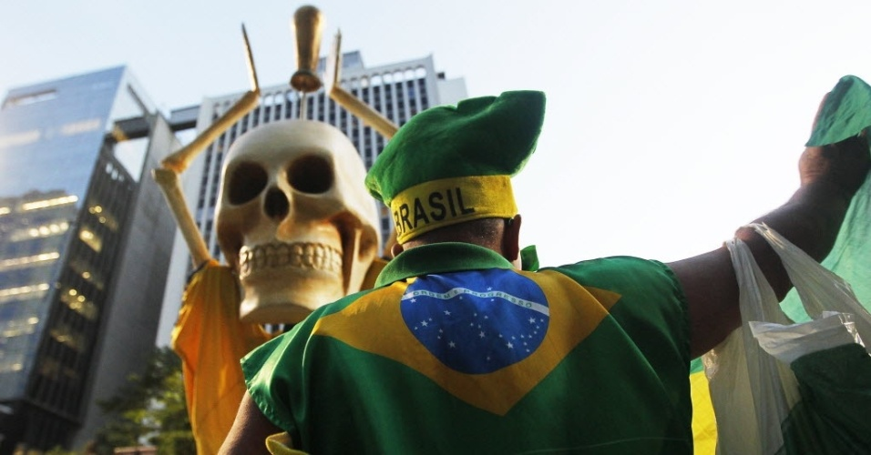15.mai.2014 - Um dos manifestantes levou uma caveira para protesto na Avenida Paulista, em São Paulo