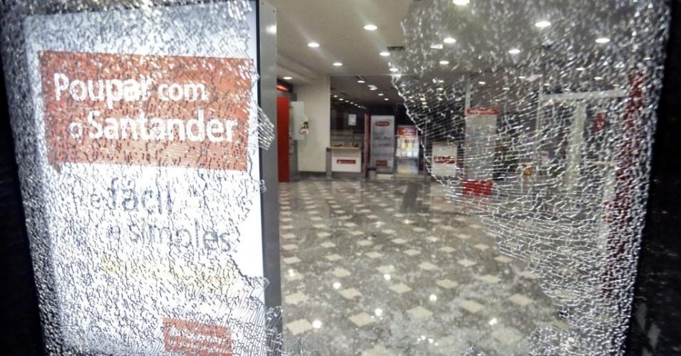 Agência do Santander foi depredada durante protesto em São Paulo