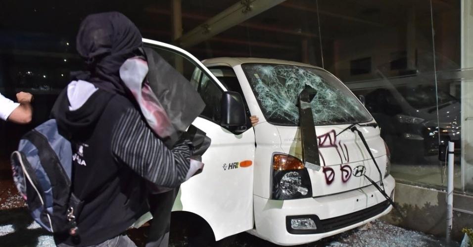 Carro fica destruído após ser atacado por manifestantes em protesto em São Paulo
