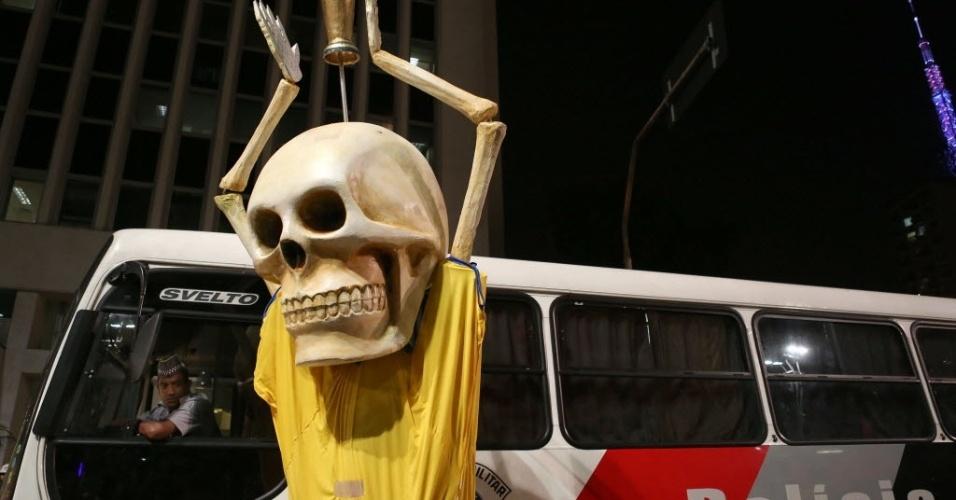 Caveira de manifestante em São Paulo é observada por policial no ônibus da PM