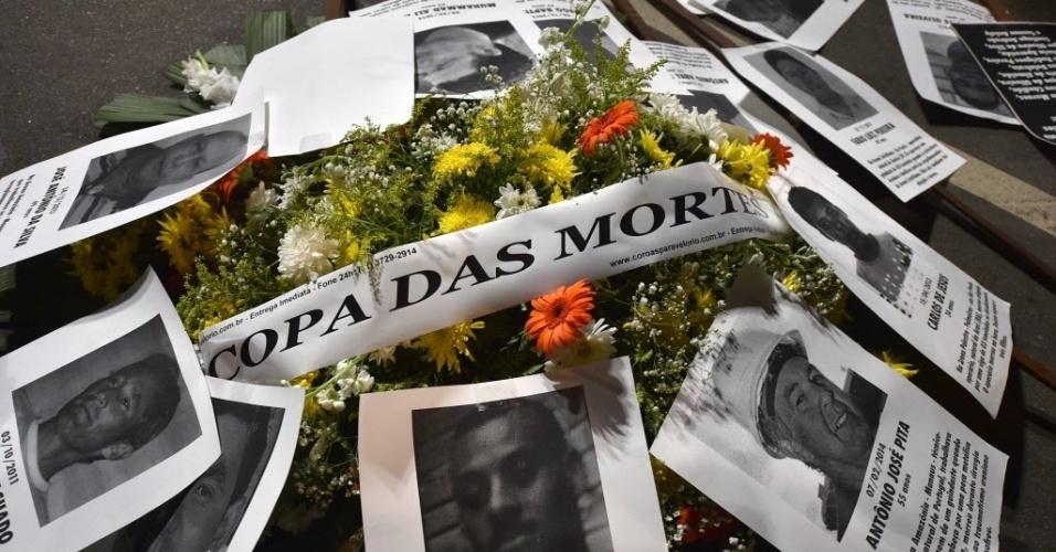 Coroa de flores presta homenagem aos operários que morreram durante as obras da Copa em protesto em SP