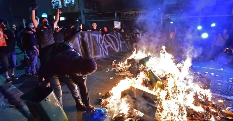 Em protesto em São Paulo, manifestantes colocam fogo em lixeiras; 20 pessoas já foram detidas