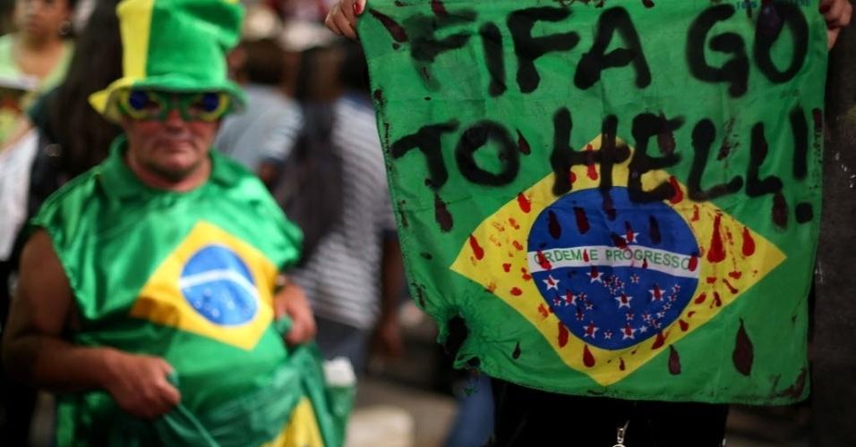Em São Paulo, faixa de manifestante manda Fifa para o inferno