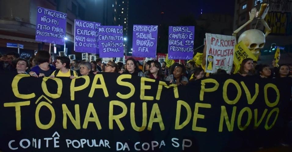 """Em São Paulo, manifestantes levantam faixa: """"Copa sem povo, tô na rua de novo"""""""