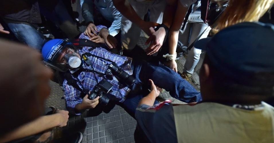 Fotógrafo cai durante protesto em São Paulo