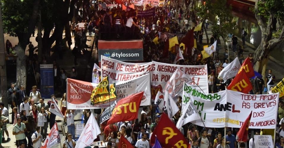 Manifestação no Rio tem bandeiras de partidos e grupos políticos