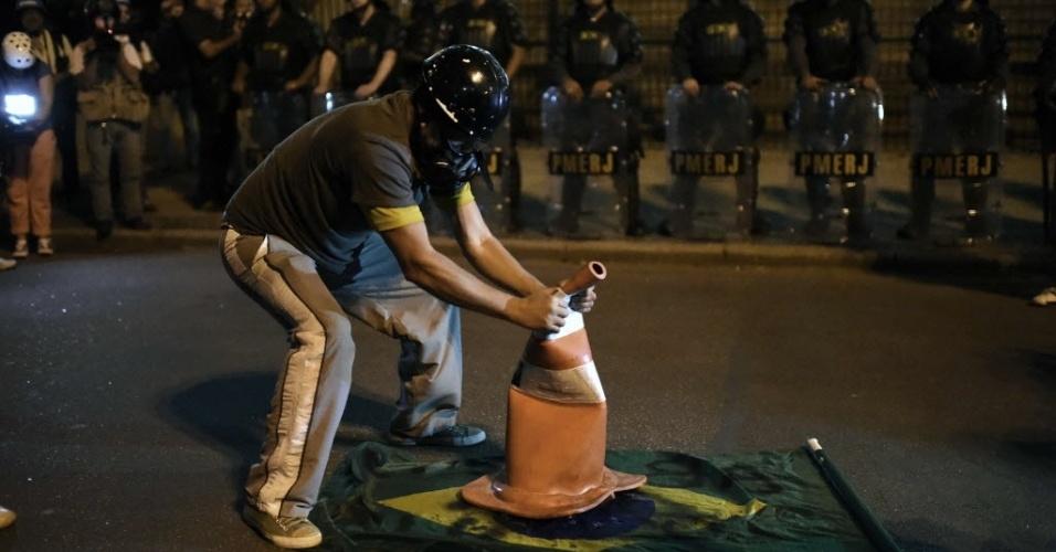 Manifestante é observado por policiais militares no Rio de Janeiro