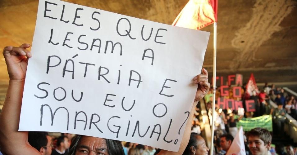 Manifestante exibe cartaz durante protesto em Brasília contra a Copa