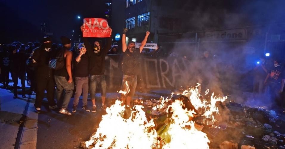 Manifestantes fazem fogueira no meio da rua em São Paulo