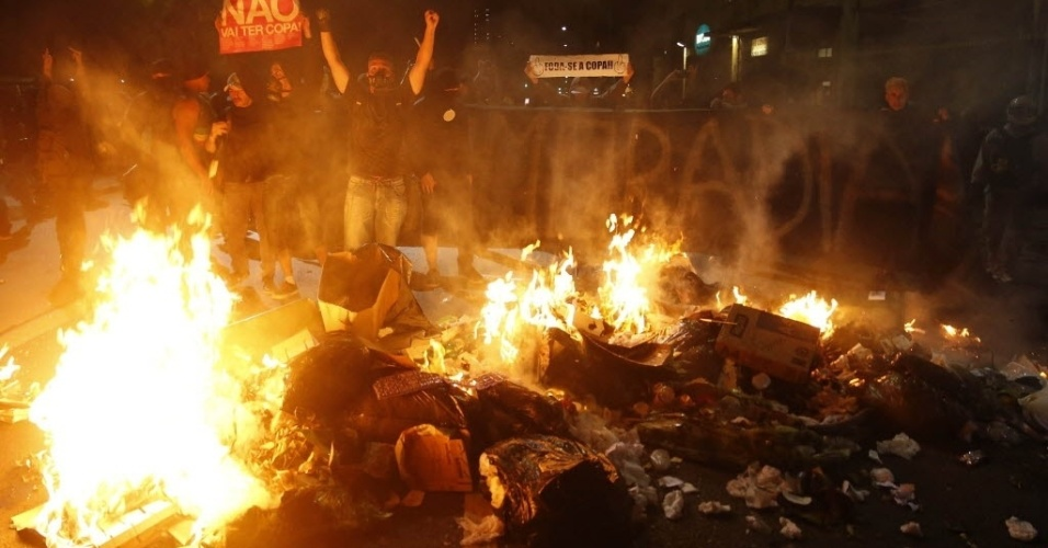 Manifestantes colocaram fogo em lixeiras para impedir avanço da PM