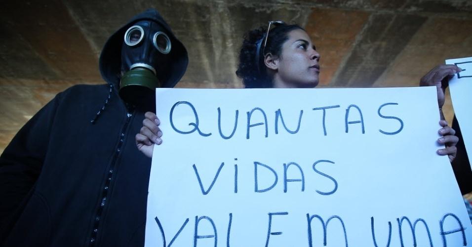Manifestantes lembram operários mortos na Copa e questionam quantas vidas valem um Mundial em Brasília