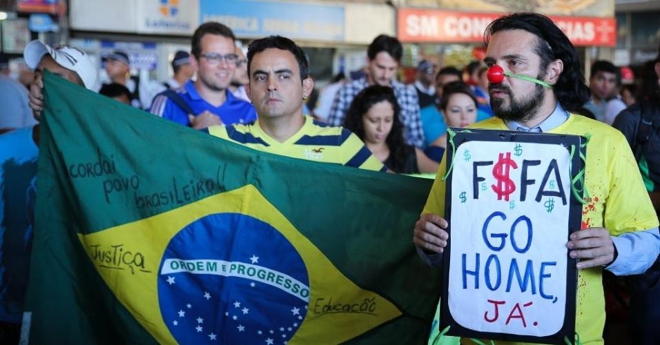Manifestantes pedem para Fifa voltar para casa em protesto contra a Copa em Brasília