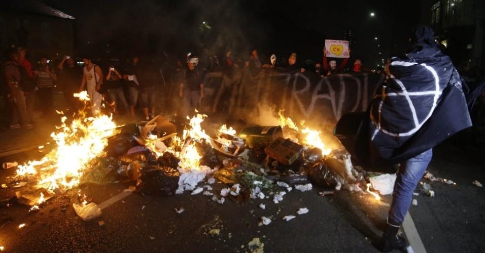 Manifestantes se protegem atrás de fogueira em São Paulo