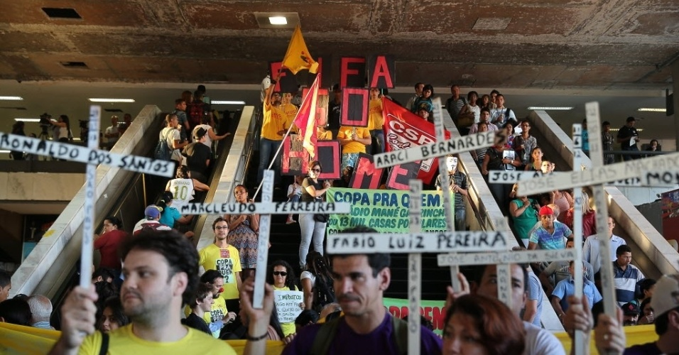 Manifestantes se reúnem em Brasília para protesto contra a Copa do Mundo