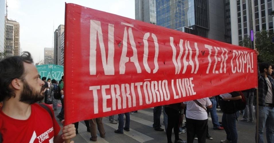 Manifestantes se reúnem na avenida Paulista, em São Paulo, em protesto contra a Copa do Mundo
