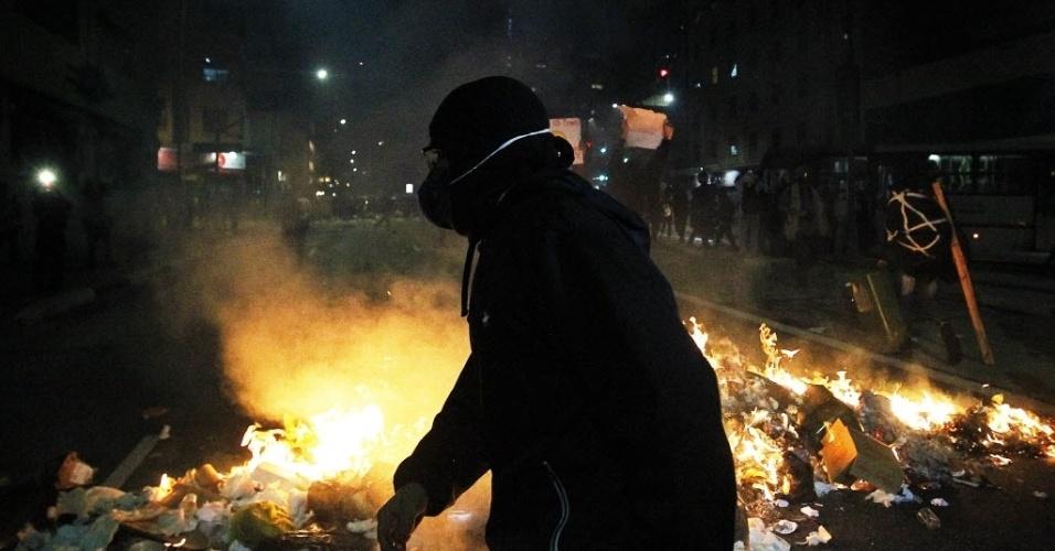 Mascarado observa movimentação da polícia na Rua da Consolação, em São Paulo