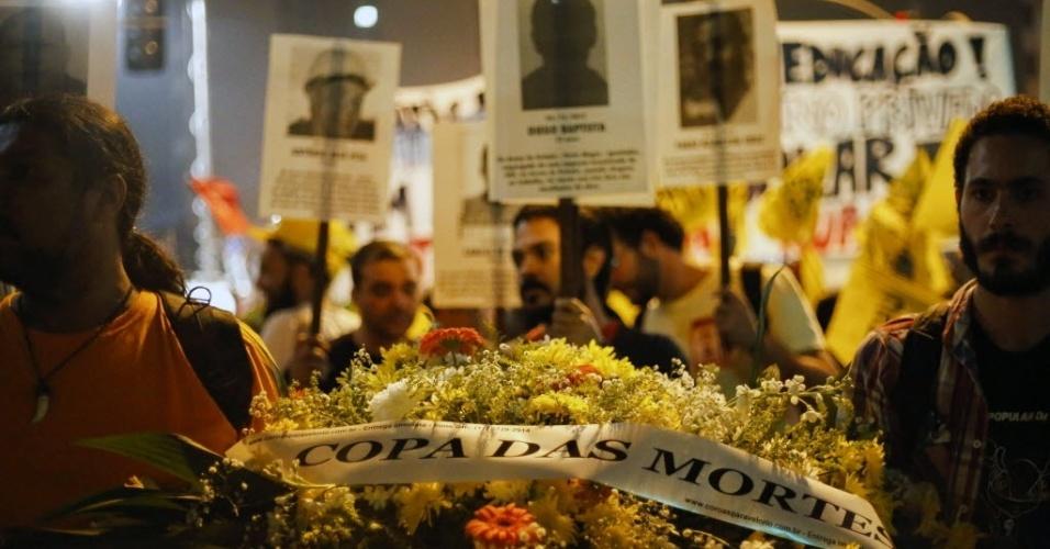 Pessoas homenageam mortos em estádios em protesto em São Paulo