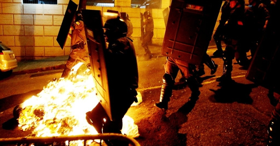 Polícia avança sobre barreiras feitas por manifestantes na Rua da Consolação